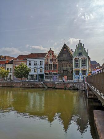 Photo pour 16th and 17th century houses Het paradijske, Sint)Jozef and De duiveltjes at the old Haverwerf in the city center of Mechelen, Belgium. - image libre de droit