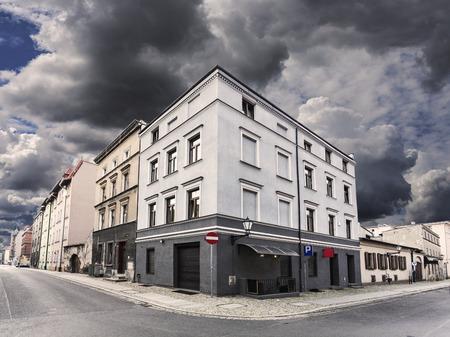 Photo pour Rainy sky over street corner in Chelmno, Poland. - image libre de droit
