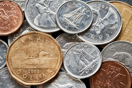 Foto de Close up picture of Canadian dollar coins, shallow depth of field. - Imagen libre de derechos