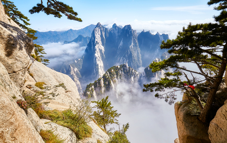 Photo pour Scenic view from the Mount Hua (Huashan), one of the most popular travel destinations in China. - image libre de droit