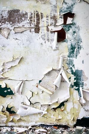 Foto de Filthy wall with peeling paint, grunge background. - Imagen libre de derechos