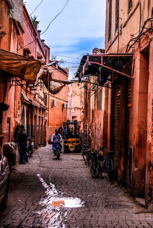 Photo pour Small street in Marrakech's medina (old town). In Marrakech the houses are traditionally pink. Morocco. - image libre de droit