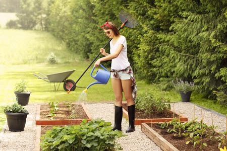 Foto de Picture of a young woman working in her garden - Imagen libre de derechos