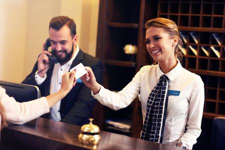 Foto de Picture of guests getting key card in hotel - Imagen libre de derechos