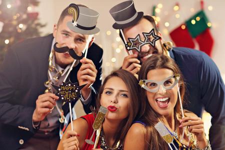 Foto de Picture showing group of friends celebrating New Year - Imagen libre de derechos