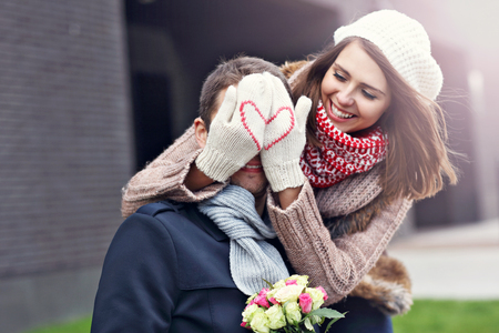 Photo pour Picture showing young couple with flowers dating in the city - image libre de droit