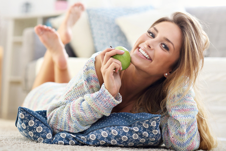 Foto de Picture showing happy woman relaxing at home - Imagen libre de derechos