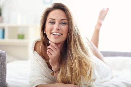 Foto de Picture showing happy woman relaxing at home - Imagen libre de derechos
