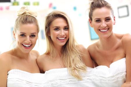 Photo pour Three beautiful young women in home spa - image libre de droit