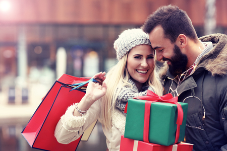 Photo pour Picture of couple shopping for Christmas in the city - image libre de droit