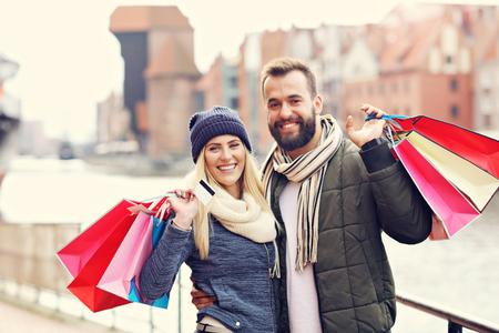Foto de Happy couple shopping in the city - Imagen libre de derechos