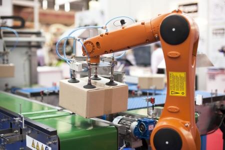 Foto de robotic arm for packing - Imagen libre de derechos