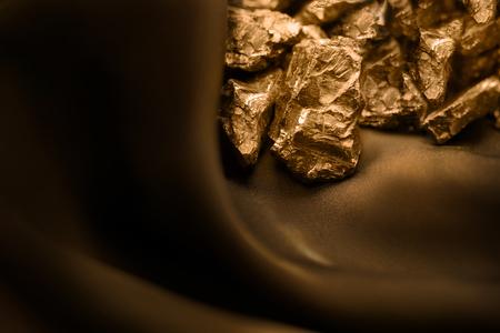 Foto de Golden bar on brown soft background - Imagen libre de derechos