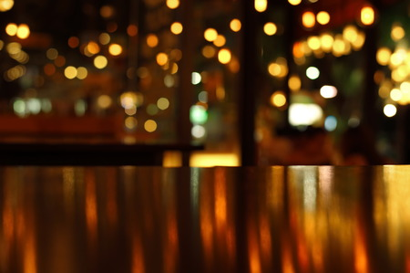 Photo pour blur reflection light on table in bar and restaurant at city night - image libre de droit