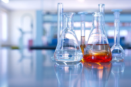 Foto de science laboratory glassware orange solution - Imagen libre de derechos