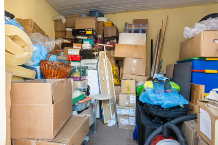 Foto de Moving, things packed in boxes and packages lie in a small room - Imagen libre de derechos