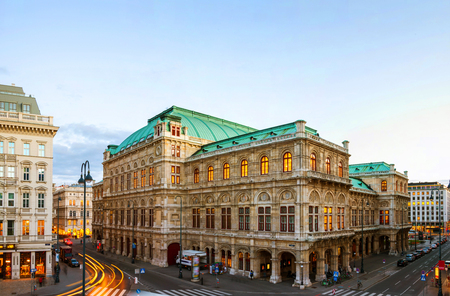 Foto de Vienna, Austria. View of State Opera in Vienna, Austria during the evening. Bright blue sky, car light trails - Imagen libre de derechos