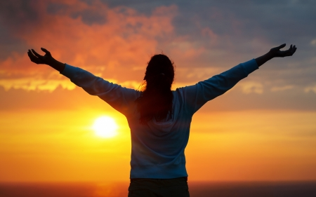 Photo pour Free woman raising arms to golden sunset summer sky and ocean like praising  Freedom, success and hope concept  Girl relaxing and enjoying peace and serenity on beautiful nature  - image libre de droit