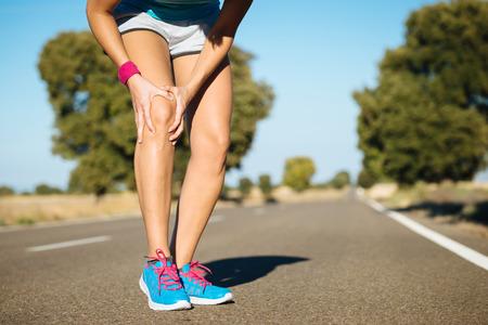 Photo pour Female runner knee injury and pain. - image libre de droit