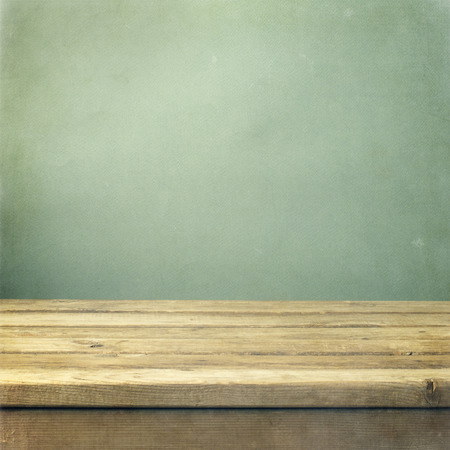 Foto de Wooden deck table on green grunge background - Imagen libre de derechos