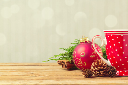 Foto de Christmas holiday background with cofee cup, pine corn and ornaments - Imagen libre de derechos