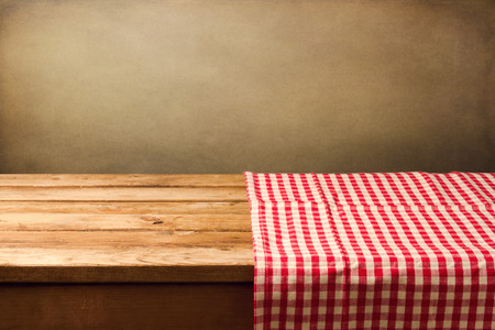Photo pour Empty wooden table covered with red checked tablecloth - image libre de droit