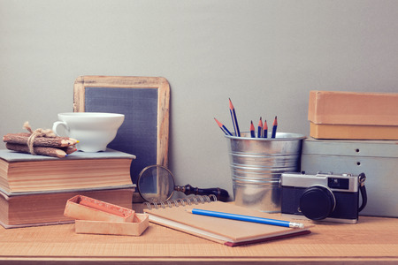 Foto de Retro artistic objects on wooden desk - Imagen libre de derechos