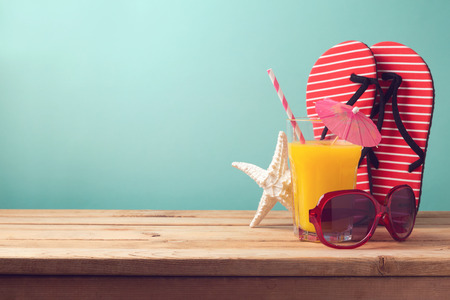 Photo pour Summer holiday vacation background with orange juice and flip flops - image libre de droit