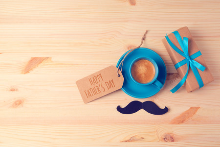 Foto de Fathers day background with coffee cup and gift box on wooden table. View from above. Flat lay - Imagen libre de derechos