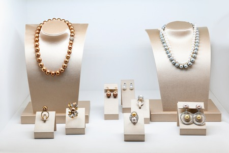 Photo pour Set of luxury jewelry with precious gems and diamonds. Necklaces made of natural pearls on a stands. Women accessories - image libre de droit