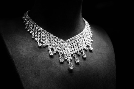 Photo pour Necklace made of white gold with diamonds on a stand - image libre de droit
