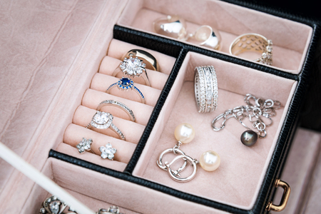 Photo pour Jewelry box with white gold and silver rings, earrings and pendants with pearls. Collection of luxury jewelry - image libre de droit