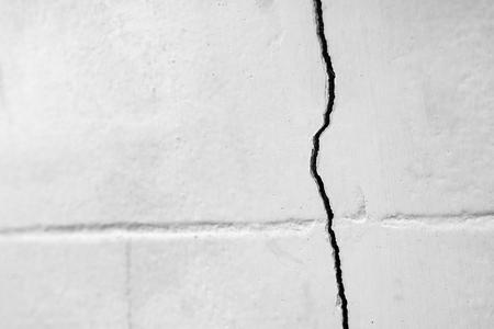 Foto de Home problem, building problem wall cracked need to repair. - Imagen libre de derechos