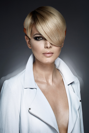 Foto de Fashion girl with a trendy haircut - Imagen libre de derechos