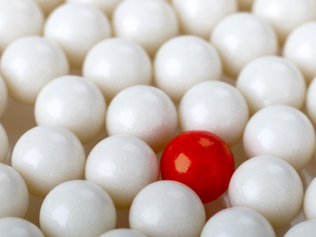 Photo pour stand out red ball surrounded by white balls - image libre de droit