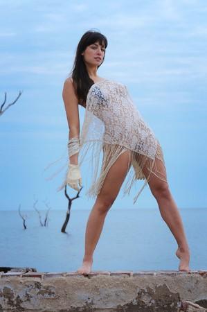 Photo pour Beautiful young brunette woman naked on the beach - image libre de droit