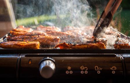 Photo pour Tasty chicken steaks on the contact electric grill - closeup picture. Healthier grilling. - image libre de droit