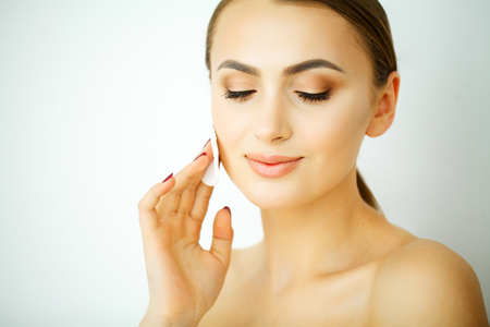 Photo pour Perfect Young Model Woman with Healthy Skin, Shiny Hair and Manicured Hands on Background. Young Beauty, Facial Treatment and Cosmetology Concept - image libre de droit