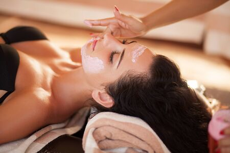Photo pour Spa. Beautiful woman relaxing during rejuvenating facial massage in a modern beauty center - image libre de droit