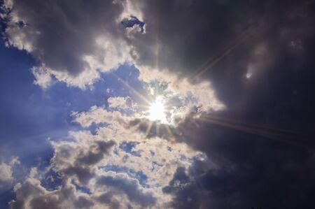 Photo pour The sun's rays break through the clouds in the sky. Background image. - image libre de droit