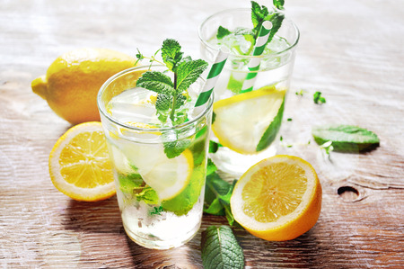 Photo pour Iced mint tea with lemon and ice cubes - image libre de droit