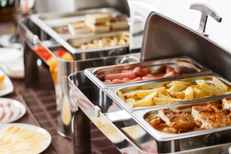 Photo pour Breakfast at the hotel. fried potatoes and scrambled eggs and other hot dishes - image libre de droit