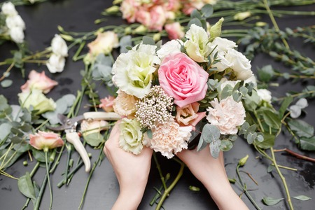 Photo pour Master class on making bouquets. Spring bouquet. Learning flower arranging, making beautiful bouquets with your own hands - image libre de droit