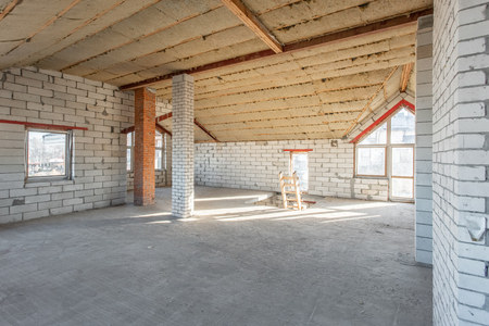 Photo pour attic floor of the house. overhaul and reconstruction. Working process of warming inside part of roof. House or apartment is under construction, remodeling, renovation, restoration. - image libre de droit