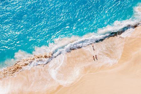 Foto de Aerial view to tropical sandy beach and blue ocean - Imagen libre de derechos