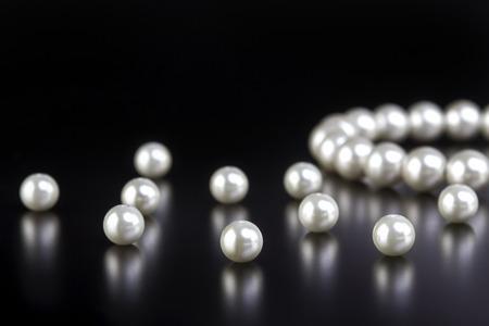 Photo pour white pearls necklace on black background - image libre de droit