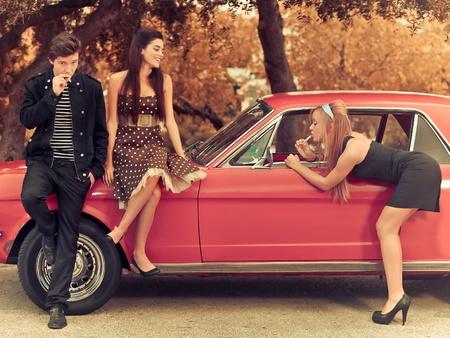 Foto de 60s or 50s style image young people with car - Imagen libre de derechos