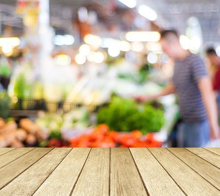Photo pour Perspective wood over blur supermarket with bokeh background - image libre de droit