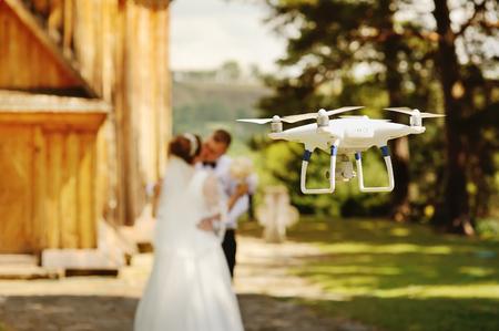 Photo pour dron filming a wedding couple by the oold wooden church - image libre de droit