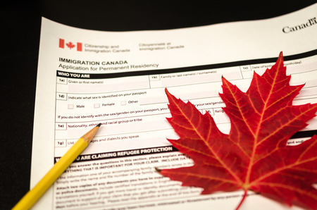 Photo pour canada immigration form with pencil and maple leaf - image libre de droit